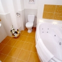 Rooms for rent and apartments in Vilnius - Florens Boutique Vilnius, private bathroom with jacuzzi bath